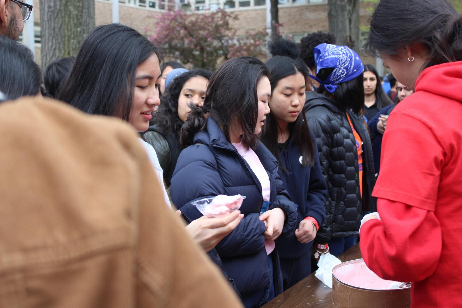 Ice+Cold+Treat%3A+Seniors+celebrate+their+college+acceptances+with+a+student-run+ice+cream+bar.